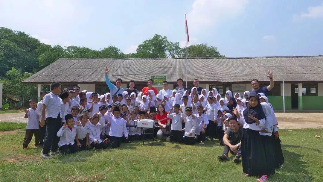 当地小学的孩子们与京东无人机合影