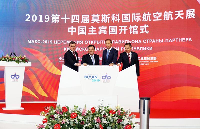 """莫斯科航展:中国航空制造受关注,""""翼龙""""""""鲲龙""""无人机等成大明星"""