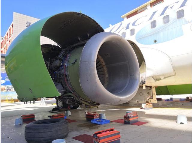 波音737真飞机发动机参观研学