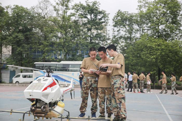无人机应用技术专业的学生