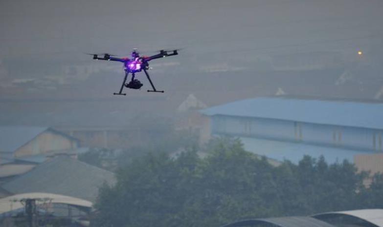 使用无人机喷洒杀虫剂或执行空中监视