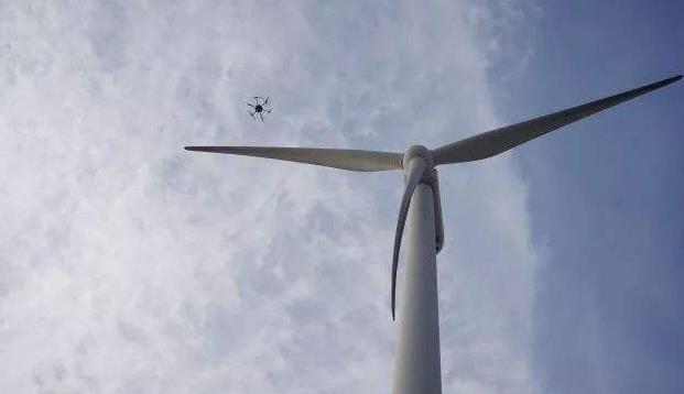 正在巡检风叶的无人机