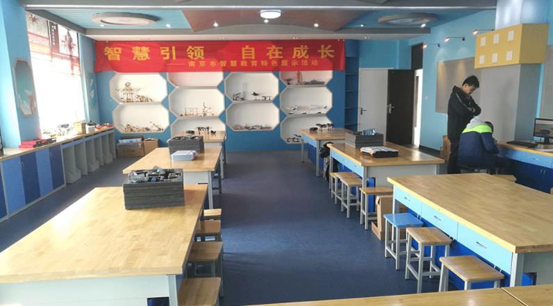 老师在创客实验室建设初期