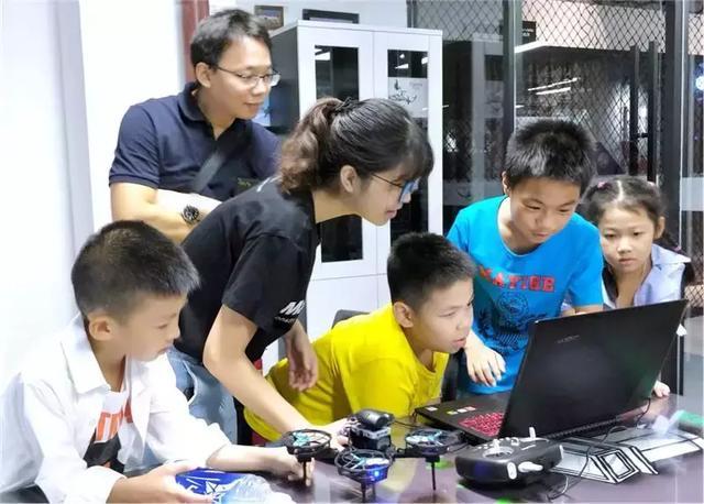 无人机创客教育可以培养青少年团队协作能力