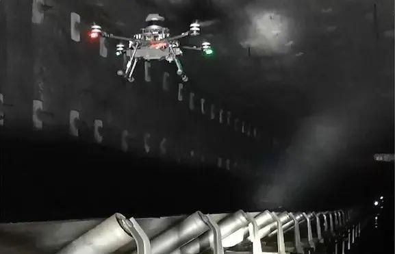 无人机在8.8米超大采高智能综采工作面顺槽皮带机巷自主飞行、巡检。