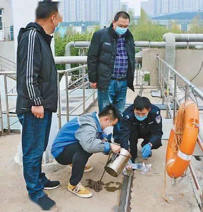 济南的禁毒民警、禁毒社工在现场使用无人机采集污水样品。