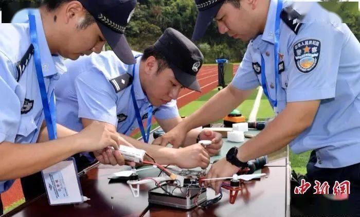 民警正在检查组装无人机。