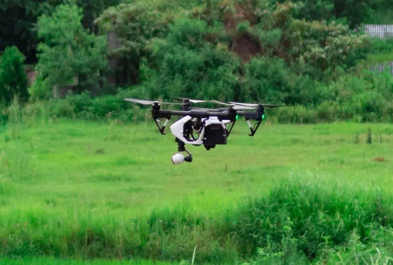 无人机是一项高新技术,将无人机作为防汛查险利器,可以在复杂地形处有效保证巡查人员的安全。