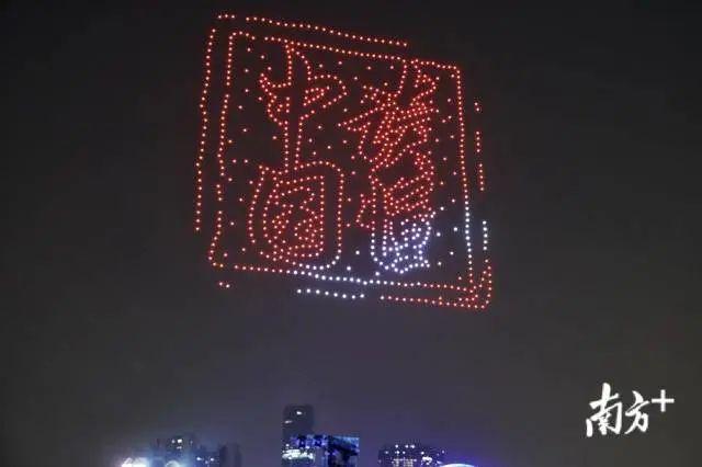 800架无人机在广州塔旁进行飞行表演